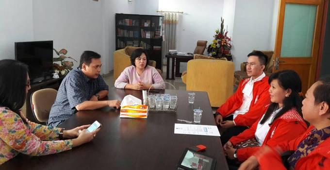 Ketua KPU Sulut Yessy Momongan bersama pengurus PSI Sulut1