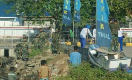Marinir Angkat Enam Ton Sampah dari Selat Lembeh