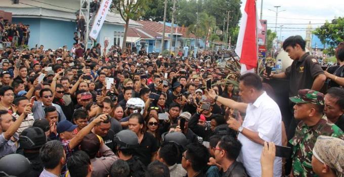 Gubernur Olly Dondokambey menjelaskan kepada massa demo