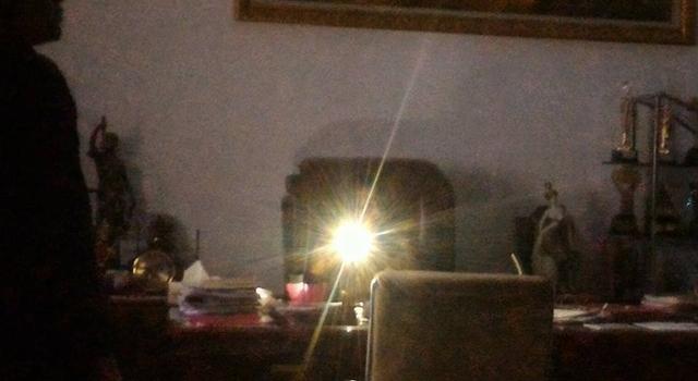 Bupati Sri Wahyuni Manalip di ruang kerjanya saat listrik padam
