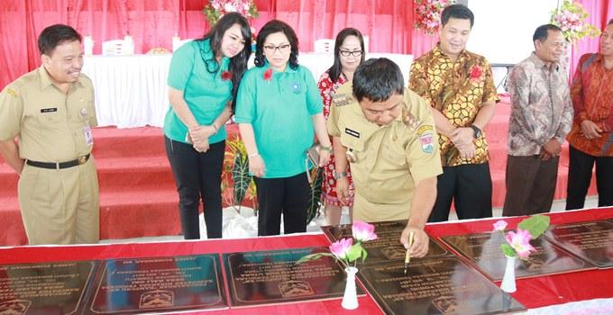 Bupati James Sumendap menandatangani prasasti kampung KB Minahasa Tenggara