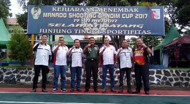 Letkol Arm Toar Pioh, Frans Mawitjere, Hans Tinangon dan para pengurus CSC dan Perbakin saat pembukaan kejuaraan