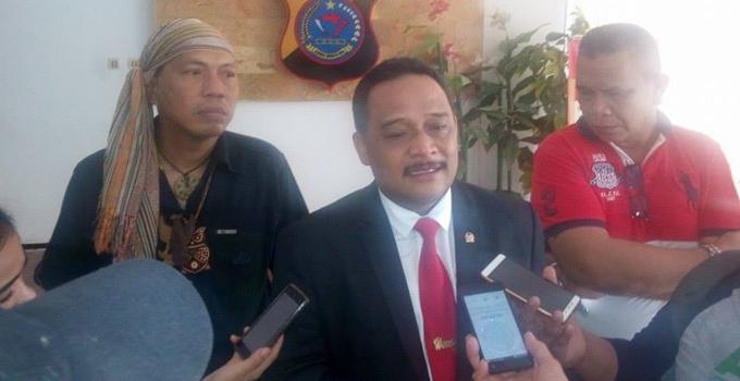 Benny Rhamdani menyampaikan keterangan pers di Polda Sulut