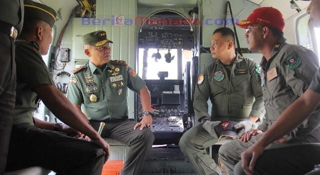 Mayjen TNI Ganip Warsito bersama kru helikopter MI-17