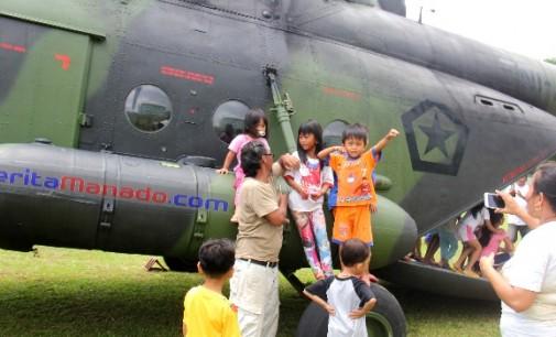 BERITA FOTO: Momen Langka, Warga Teling Dapat Kesempatan Masuki Helikopter TNI-AD MI-17