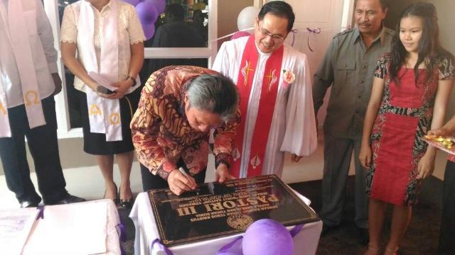 Wabup Franky Wongkar Saat Menandatangani Prasasti Peresmian Pastori III Tewasen