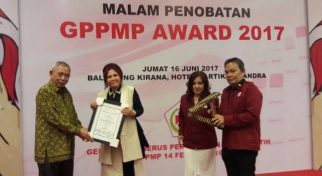 Bupati Vonnie Panambunan menerima penghargaan.(foto: Staf Khusus Bupati Minut)