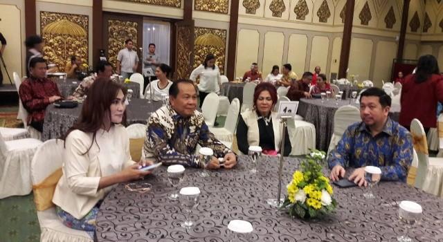 Bupati Minut Vonnie Anneke Panambunan bersama Walikota Bitung Maximillian Lomban menerima penghargaan yang sama.(foto: Staf Khusus Bupati Minut)
