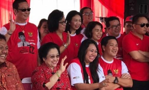IVAN SARUNDAJANG Berdiri di Belakang Megawati Soekarnoputri