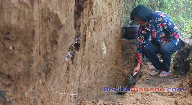 Hukum Tua Cerly Kembuan saat meletakkan batu pertama pembangunan talud dan drainase