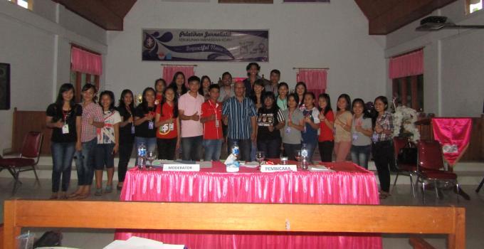 Foto bersama usai pelatihan jurnalistik