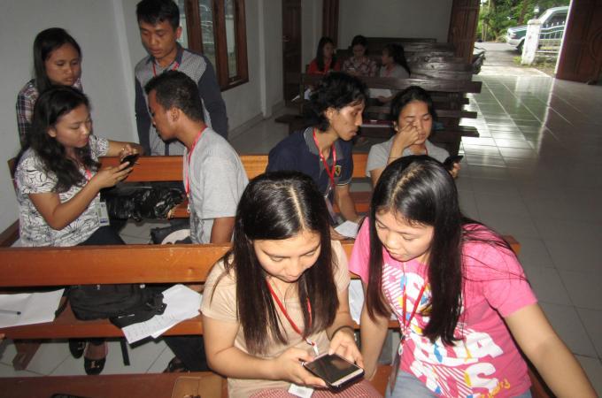 Keseriusan menulis berita peserta latihan jurnalistik