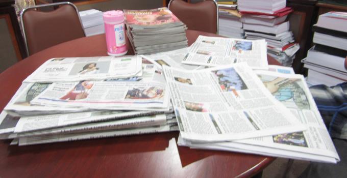 Setiap hari koran baru menumpuk di masing-masing ruangan komisi