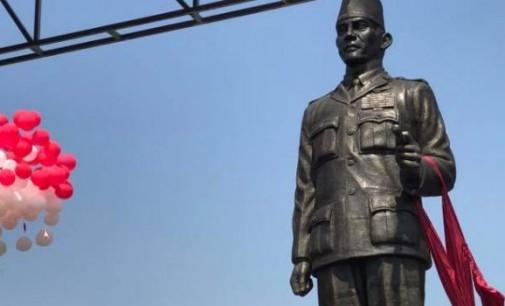 OLLY DONDOKAMBEY (Juga) Dampingi MEGAWATI SOEKARNO PUTRI Meresmikan Patung PUTRA FAJAR di Blitar