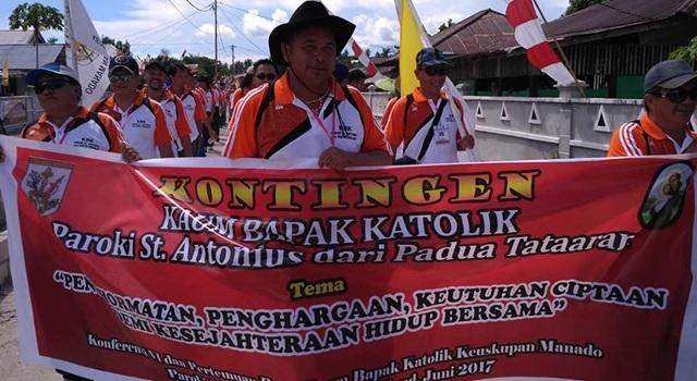 Kelompok KBK St Antonius Padua Tataran saat mengikuti defile