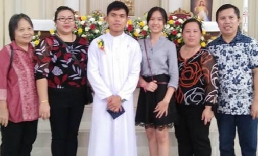 Fr VALENTINO WULLUR Pr Terima Busana Rohani