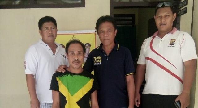 Pelaku R (kedua dari kiri), ditahan Tim Cakalele Polsek Likupang.(foto: Humas Polres Minut)