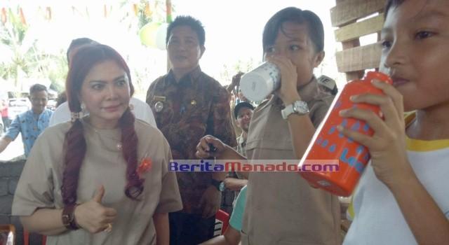 Para siswa menikmati air minum, disaksikan langsung oleh Bupati Minut Vonnie Panambunan dan Camat Liktim Donny Rondonuwu.