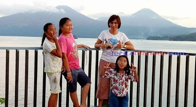 Pemandangan di atas puncak Pulau Komang. Terlihat langsung Gunung Dua Sudara dan Gunung Klabat.