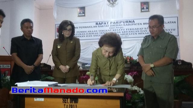 Ketua DPRD Minsel, Jenny Johana Tumbuan SE, Saat Menandatangani KUA-PPAS 2018