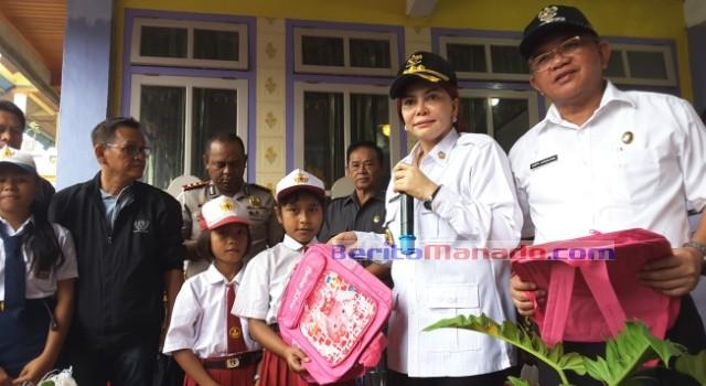 Bupati Vonnie Panambunan dan Wabup Ir Joppi Lengkong membagikan perlengkapan sekolah bagi siswa di Lihunu.