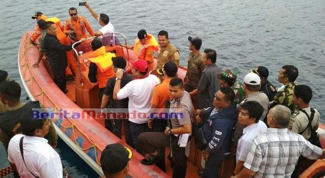 Rombongan Bupati Panambunan menggunakan perahu karet milik Basarnas.