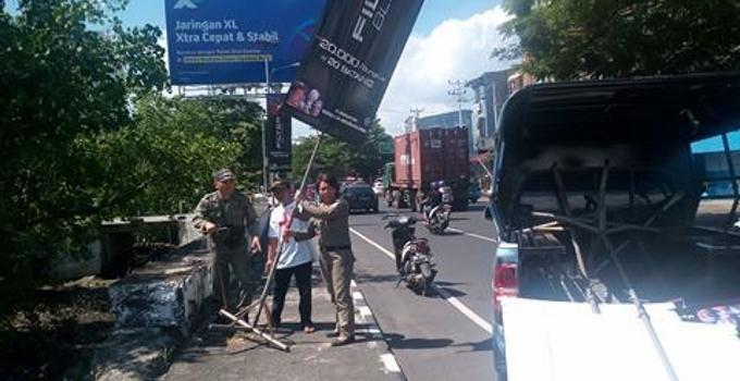 Penertiban iklan liar dipimpin Camat Sario