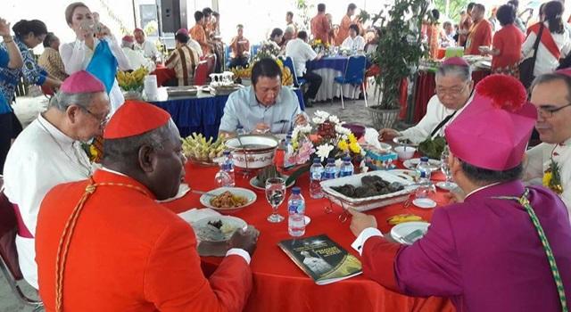 Ivan Sarundajang saat makan siang bersama Duta Besar Vatikan Mgr Antonio Guido Filipazi dan beberapa Uskup
