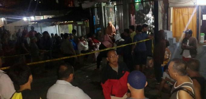 Warga berkumpul di depan tumah korban
