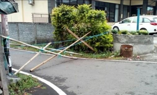 Keluarga Watuna-Lengkong Tutup Jalan di Manembo-nembo, Puluhan KK Terisolir