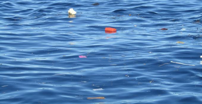 Sampah di Teluk Manado (Foto BeritaManado.com, pekan ini)