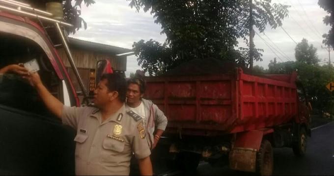 Truck pengangkut pasir yang diberhentikan Polsek Matuari