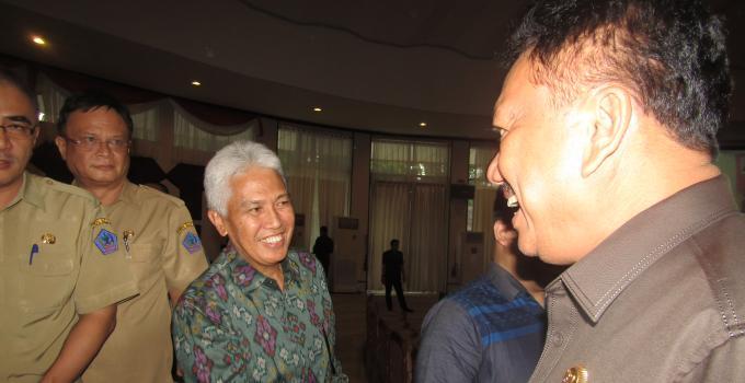 Olly Dondokambey menyalami Jeffry Dendeng di rapat paripurna DPRD Sulut