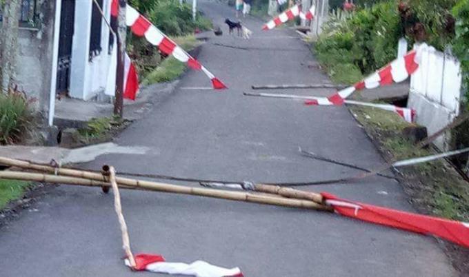 Bendera dan umbul-umbul berseliweran di jalan, dirusak oknum-oknum tidak bertanggung-jawab