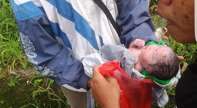 Bayi perempuan yang ditemukan tukang ojek saat hendak dibawa ke Puskesmas
