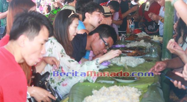 Lahapnya para wisatawan Tiongkok saat mencicipi menu khas Minahasa diatas daun