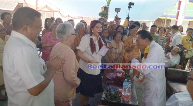 Bupati Minut Vonnie Panambunan dan Wabup Ir Joppi Lengkong bernyanyi bersama pastor dan para lansia.
