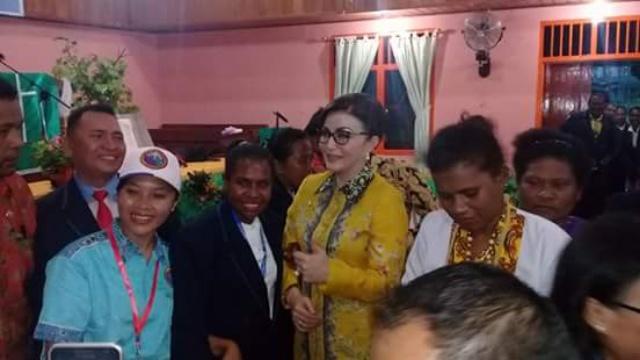 Bupati Minsel Christiany Eugenia Paruntu SE Dengan Masyarakat di Pedalaman Papua