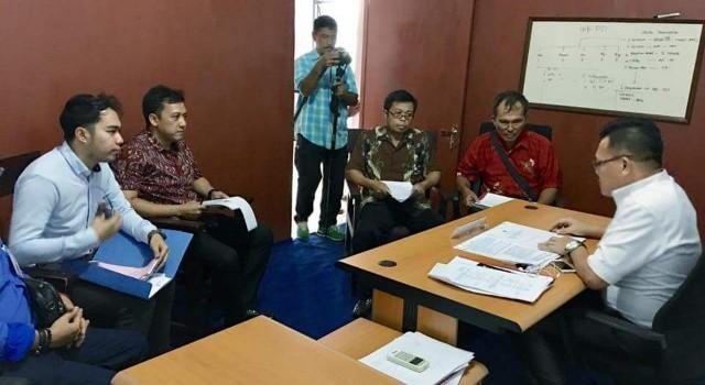 Mediasi pihak LSM LAKI dan BPK, oleh komisioner KIP Sulut Reidy Sumual.(foto: KIP)