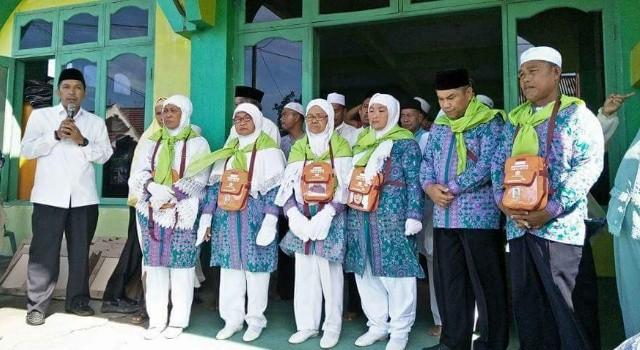 Ketua DPD IPHI Minut H Sarhan Antili SE bersama 26 Calon Jamaah Haji asal Minut.