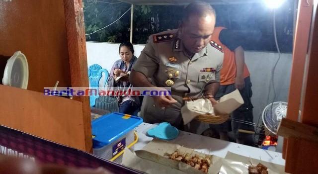Kapolres Minut AKBP Alfaris Pattiwael memilih dan mengambil sendiri makanan yang dijual.