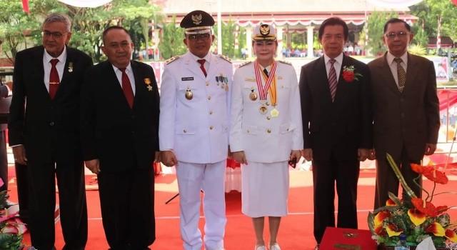 VAP JO bersama para mantan pejabat Pemkab Minut.(foto: Humas Pemkab Minut)