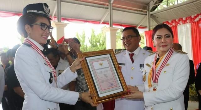 Hukum Tua Desa Tumaluntung Ifonda Nusah mendapat penghargaan lunas pajak tahun 2017 oleh Pemkab Minut.(foto: Humas Pemkab Minut)