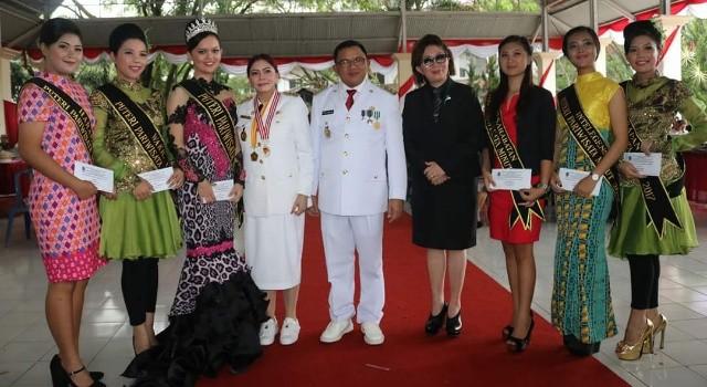 Bupati Vonnie Panambunan dan Wabup Joppi Lengkong bersama Kepala Dinas Pariwisata Theodora Luntungan dan para duta wisata Minut.(foto: Humas Pemkab Minut)