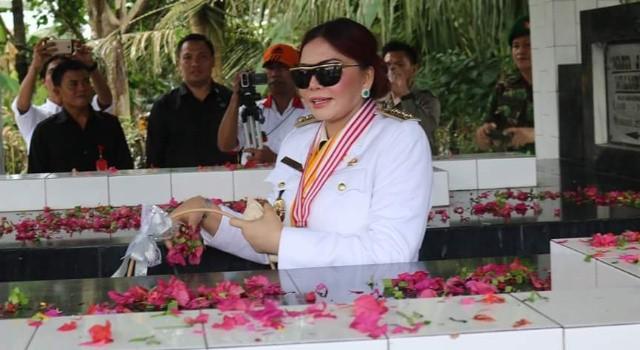 Bupati Vonnie Panambunan melakukan tabur bunga di makam pahlawan Maria Walanda Maramis.(foto: Humas Pemkab Minut)