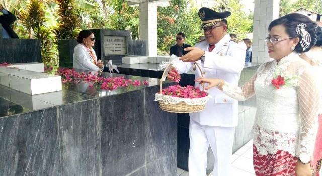 Wabup Joppi Lengkong didampingi Ketua TP PKK Jeivi Lengkong Wijaya, bersama melakukan tabur bunga.(foto: Humas Pemkab Minut)
