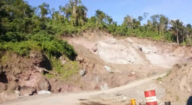 Pengerukan di kaki Gunung Klabat.(foto: dokumentasi warga)