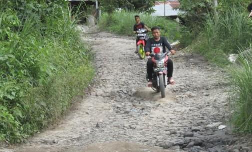 Kadis PU PETER ASSA Pastikan Pengaspalan Jalan Kampung Langowan Disertai Pembangunan Drainase