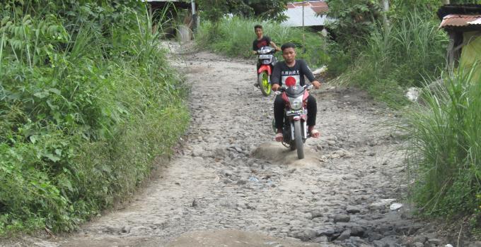 Kondisi jalan rusak parah di kampung Langowan