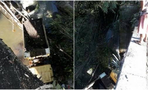 Rem Blong, Truck Pengangkut Pasir Terjun dari Jembatan Tewaan